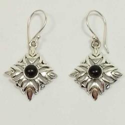Boucles d'oreilles motif losange avec pierre onyx en argent 925.
